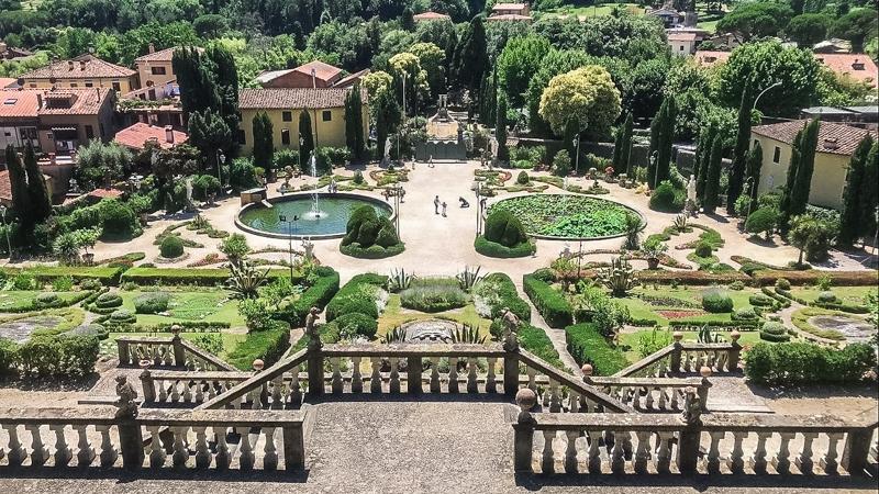 La vista sul bellissimo giardino di villa garzoni a collodi dal pianerottolo delle rampe. Si notano le due vasche d'acqua e i vari disegni formati dalle aiuole e cespugli.