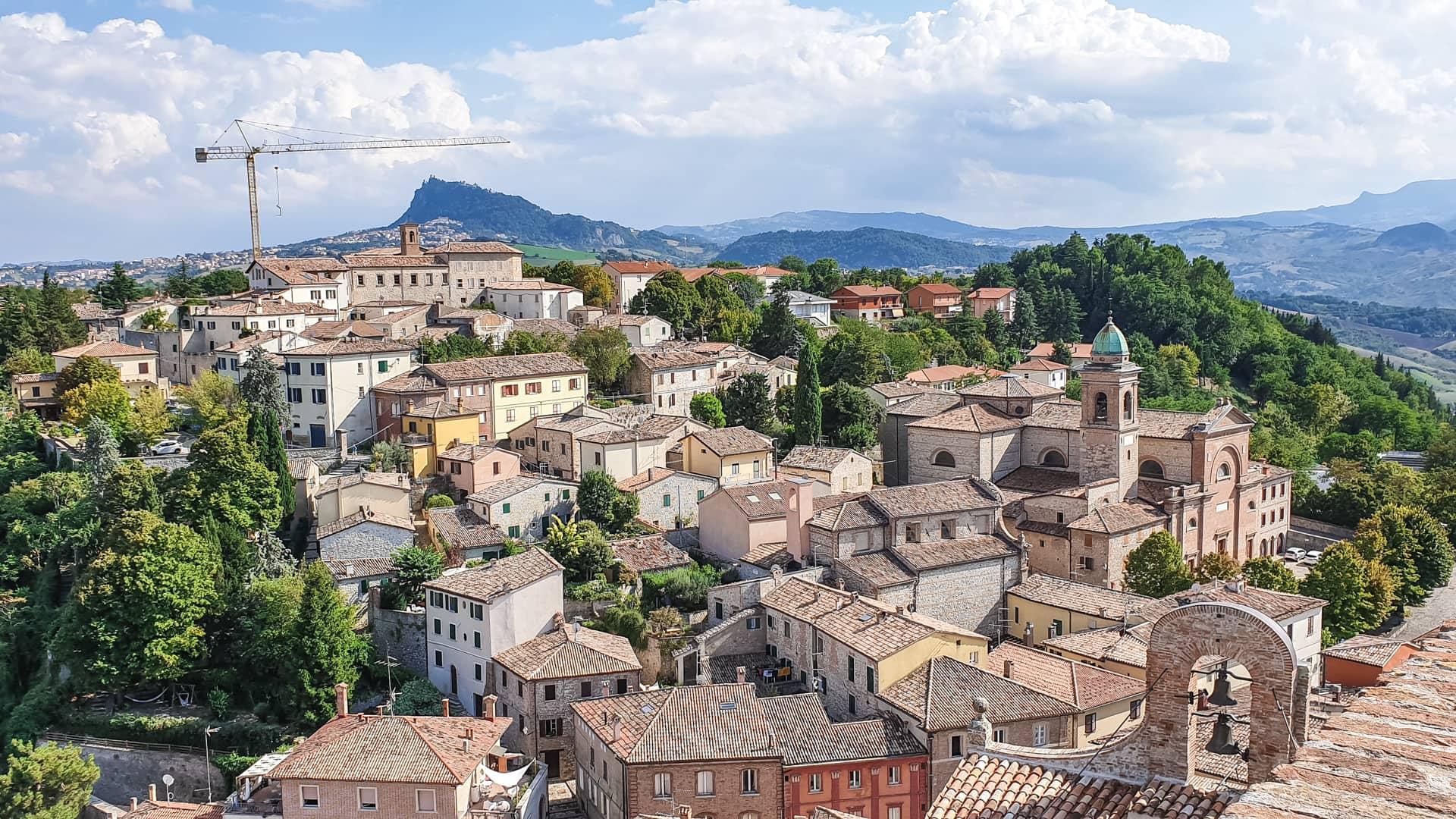 Una vista meravigliosa sul paese di Verucchio dalla cima della torre e su tutta la bellissima romagna. Si notano sullo sfondo le alture e il verde che le popola.
