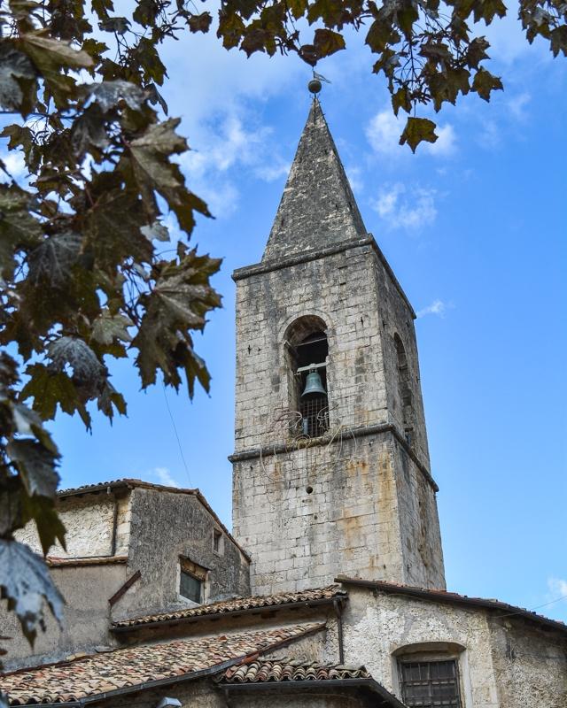 Tra le varie attrazioni da visitare a Scanno c'è anche la chiesa di Santa Maria della Valle di cui nella foto si vede l'alto campanile tutto realizzato in pietra.