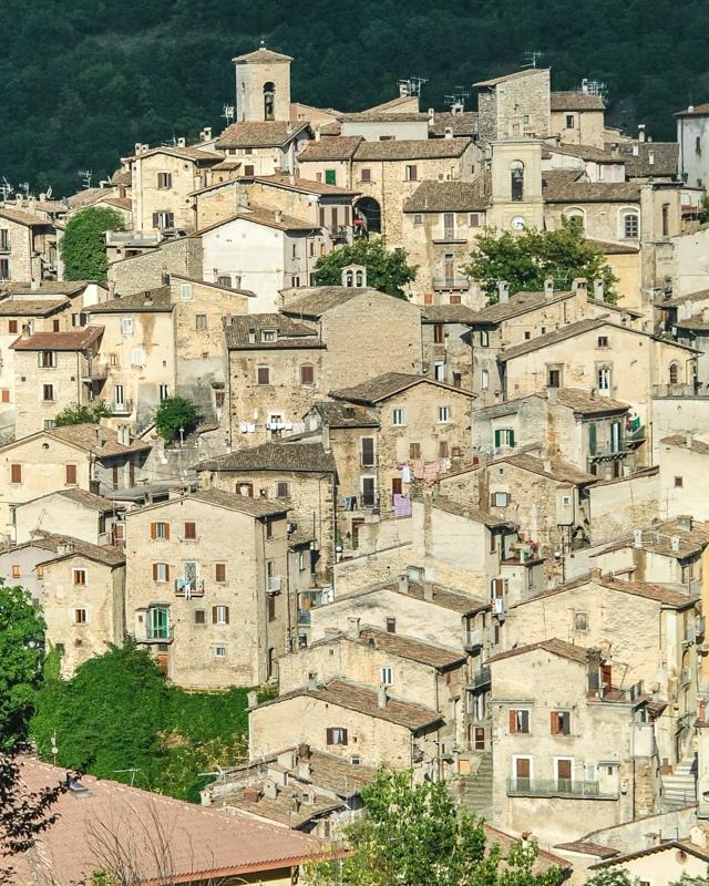 La vista da lontano di Scanno con le sue case di origine medievale tutte costruite in pietra. Sicuramente sono una delle attrazioni per cui visitare Scanno!