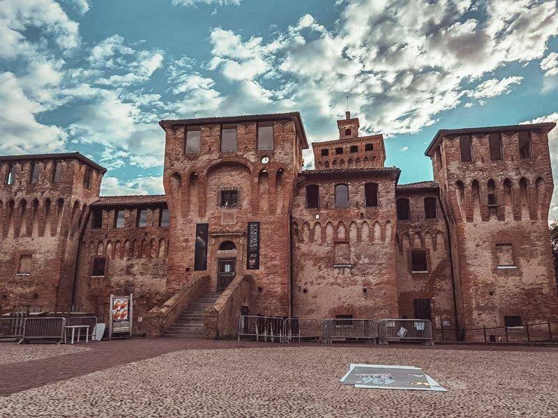 Cento è una delle destinazioni più belle della provincia di ferrara. Il maestoso castello con le tante torri difensive ti colpirà notevolmente. L'ingresso è successivo ad un vialetto ciottolato e una scalinata.