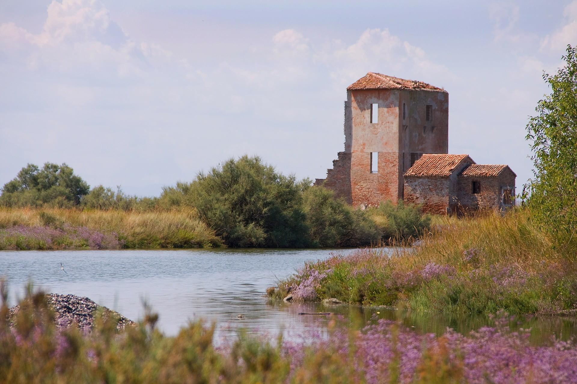 Un edificio abbandonato nella completa tranquillità della natura rigogliosa e antestante ad un ruscello d'acqua. La provincia di ferrara nasconde tante belle destinazioni proprio come questa!