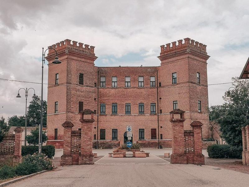 Mesola è una delle destinazioni in provincia di ferrara ed è conosciuta per il suo castello estense. L'edificio è molto imponente e si presenta al visitatore con due alti torrioni merlati laterali in posizione obliqua.