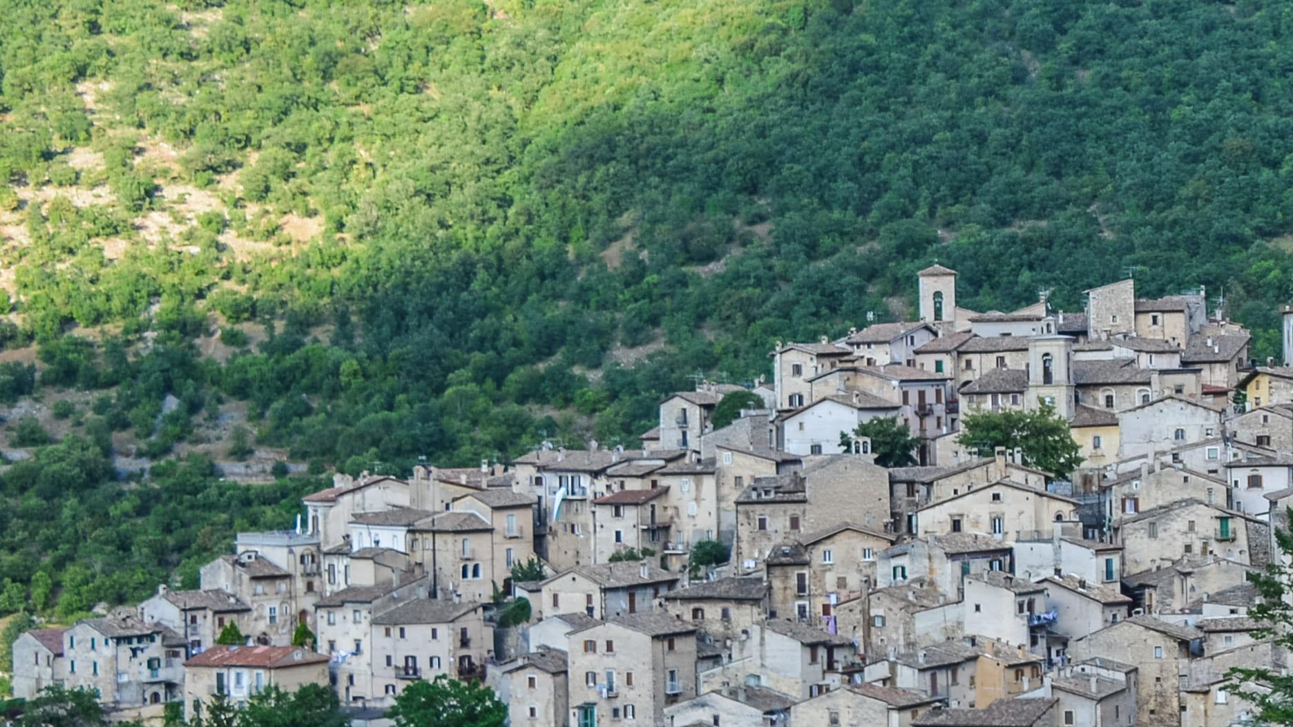 Una vista completa su Scanno con in primo piano il paese con le sue case medievali. Sullo sfondo invece il verde del Parco Nazionale d'Abruzzo nei Monti Marsicani