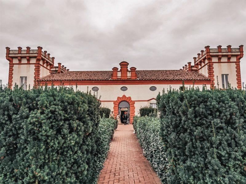 Il vialetto che accompagna all'ingresso della delizia estense di verginese. L'edificio assomiglia ad una rocca con i suoi torrioni laterali e presenta un bellissimo giardino con i verdi cespugli che contornano i lati.