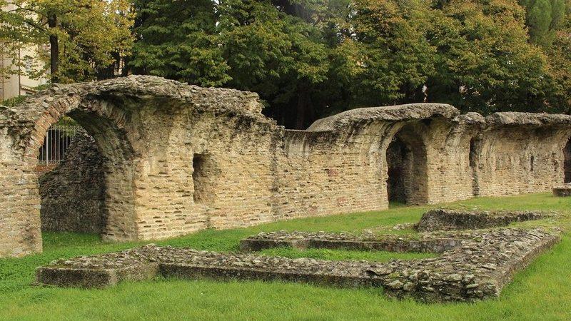 I ruderi di ciò che rimane del grandissimo anfiteatro romano di Arezzo. Si trovano in parco verde con tanti alberi. Se sei ad arezzo, questo è sicuramente una cosa da vedere!