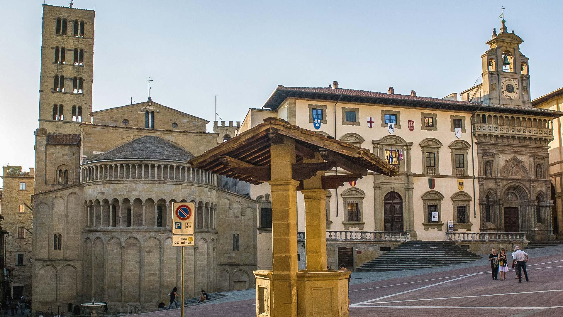 Arezzo è sicuramente una delle città da vedere in toscana in un giorno. Ci sono tante attrazioni e piazza grande con i suoi edifici è quella principale. Qui si vede l'esterno della chiesa di santa maria della pieve e il pozzo.