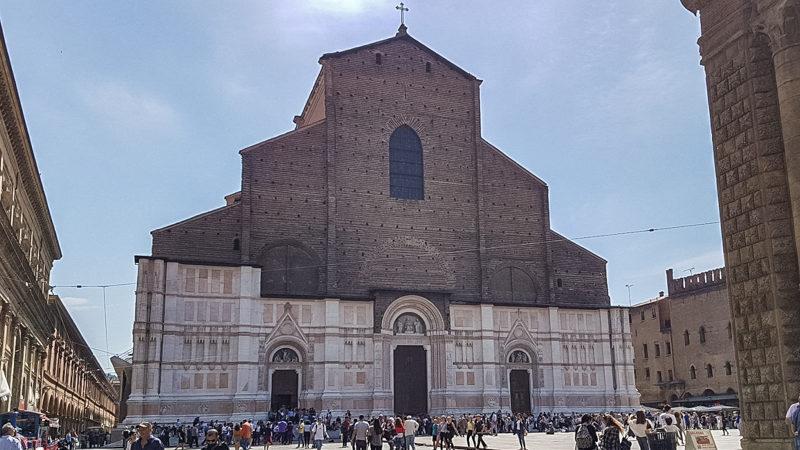 La basilica di san petronio con la sua imponente facciata non completa. In basso infatti si presenta in marmo mentre in alto fino alla cima è solo fatta in mattoni semplici.