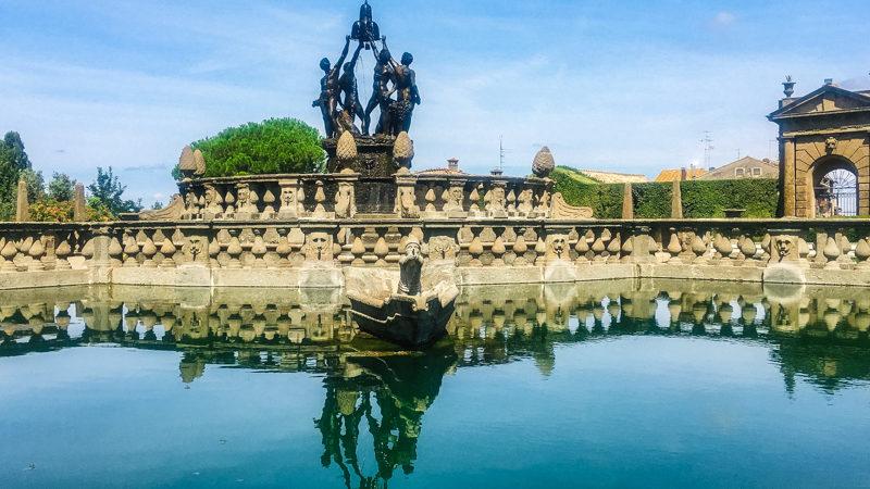 Un primo piano sulla bellissima e grandissima Fontana dei Mori di Villa lante a Bagnaia. In primo piano l'acqua candida della fontana mentre sullo sfondo l'archiettura che accompagna alle statue dei Mori.