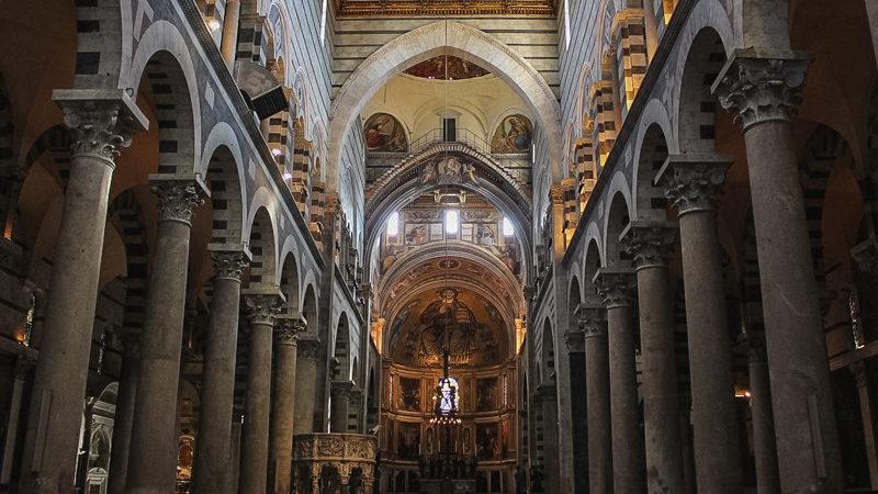 L'interno della cattedrale di pisa è diviso in tre zone da alte colonne con archi a tutto sesto. La zona dell'altare è completamente affrescata con in cima una grande rappresentazione di Cristo.