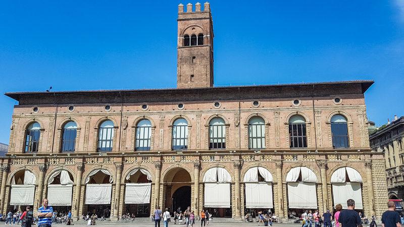 Il palazzo podestà di bologna con la sua larga struttura a forma rettangolare e a due piani. Al pino terreno diversi ingressi sono sormontati da colonne a tutto sesto. Al secondo piano ci sono diverse finestrone.