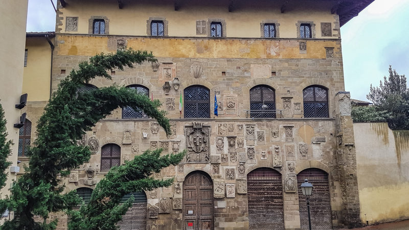 Il palazzo pretorio di arezzo è un architettura unica nel suo genere perché nella sua grande facciata ci sono tantissimi stemmi che rappresentano varie famiglie. Al centro il grande stemma dei Medici.