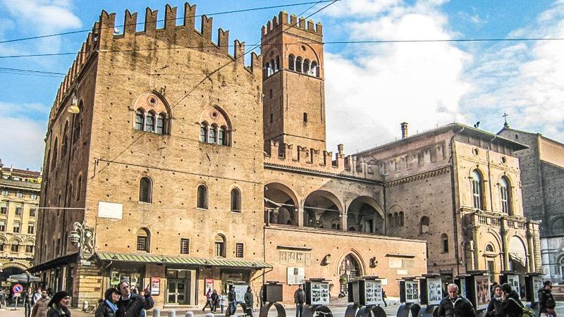 Il palazzo re enzo di bologna è una delle attrazioni da vedere se ti ritrovi in città. La sua struttura a forma di fortezza ti rapirà e soprattutto amerai vedere l'alta torre centrale merlata.