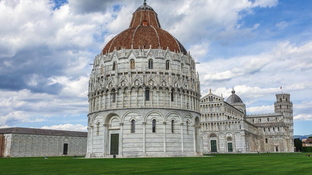 Pisa è una delle città più belle della toscana ed è possibile visitarla in un giorno nonstante le tante cose da vedere. Piazza dei miracoli è qualcosa di unico con il battistero, il duomo e la torre pendente!