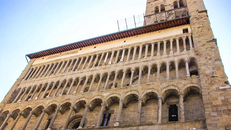 La facciata posteriore della basilica di santa maria della pieve. La sua particolarità è che è composta da tre piani di archi e serie di colonne che spiccano fino in alto.