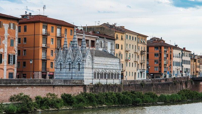 La chiesa di santa maria della spina a pisa si trova sul lungarno di Pisa proprio affiancata alla sponda del fiume. La sua posizione è centrale al muricciolo e solitaria in mezzo alle abitazioni civili.
