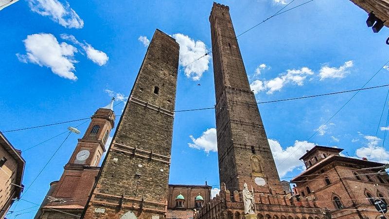 La torre degli asinelli si presenta al visitatore come un enorme struttura che quasi buca il cielo e va oltre. Accanto si trova anche la seconda torre ovvero la torre garisenda che è molto più bassa.