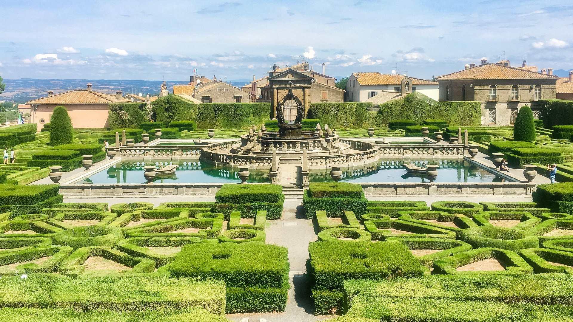 La vista sul giardino della villa lante a bagnaia con un primo piano sulle forme geometriche dei cespugli che danno al visitatore la sensazione di trovarsi in un labirinto.