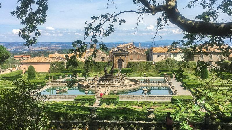 Una vista da lontano sui giardini di Villa Lante a Bagnaia. Spiccano le forme a labirinto date dai cespugli e soprattutto la grandissima vasca al cui centro si trova la Fontana dei Mori.
