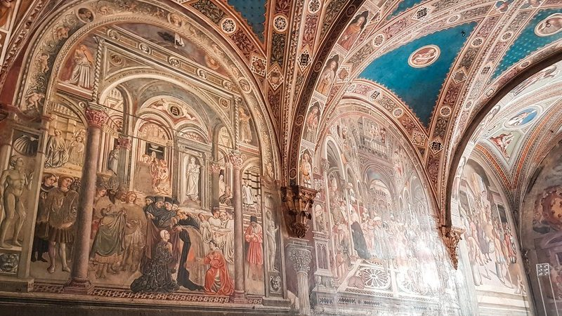 I bellissimi affreschi colorati all'interno del museo di santa maria della scala. I colori usati sono colori caldi e gli affreschi rappresentano scene religiose e ricoprono anche le volte dei soffitti.