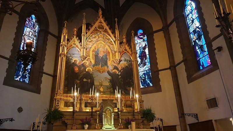 L'opera più grande della chiesa ovvero una pala d'orata rappresentante la Madonna glorificata dai sette santi. Si trova al centro della chiesa sull'altare maggiore e intorno ci sono finestre a darle luce.