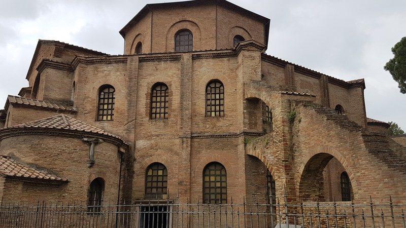 La basilica di san vitale con la sua enorme struttura esterna composta da mattoni. La chiesa è l'attrazione principale da visitare a Ravenna se ti ritrovi in città per un giorno.