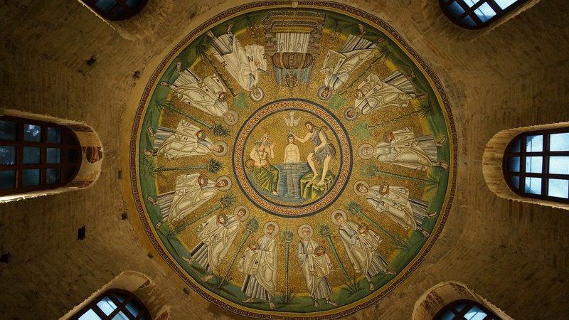 Il meraviglioso mosaico centrale dorato all'interno del battistero degli ariani. Si trova sulla cupola interna e rappresenta il battesimo di Gesù cristo insieme ai santi che lo circondano. Uno dei mosaici più belli da vedere a Ravenna.
