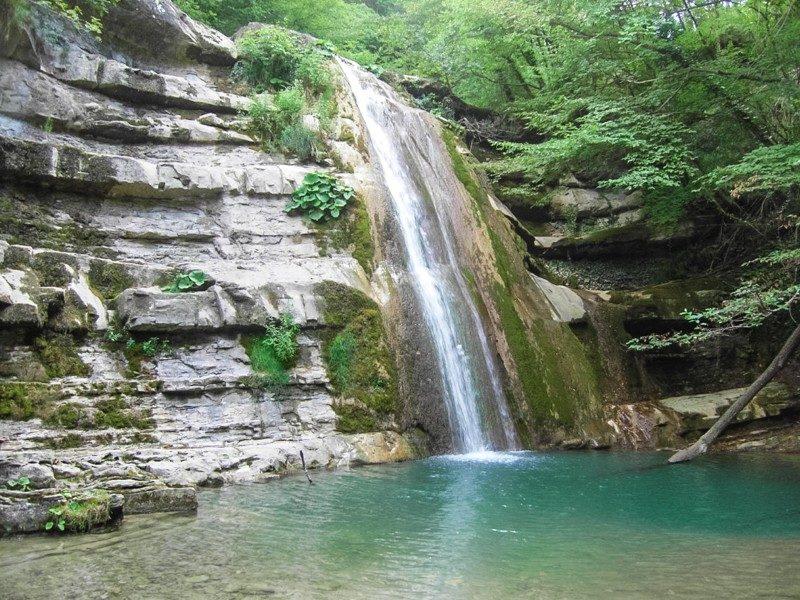 Un altissima cascata che scende da un dirupo di massi e si butta su una polla d'acqua limpida. Tutto questo è avvolto e contornato da fitti e verdi alberi. Una riserva naturale in toscana stupenda.
