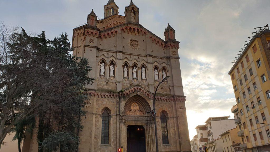 L'ingresso e la facciata della Chiesa dei Sette Santi, una chiesa davvero ignota a Firenze. Si vedono al centro dell'edificio le statue dei sette Santi fondatori.