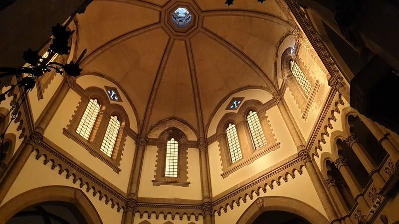 la volta a ombrello della chiesa dei sette santi a Firenze. La volta si presenta vuota, senza affreschi o dipinti ed ha solo delle piccole finestrelle divise a due e uno.