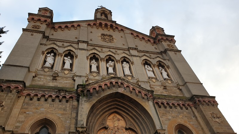 la facciata della chiesa dei sette santi a firenze. Si vedono bene al centro le statue dei sette santi fondatori, due a sinistra, tre al centro e due a destra della facciata.
