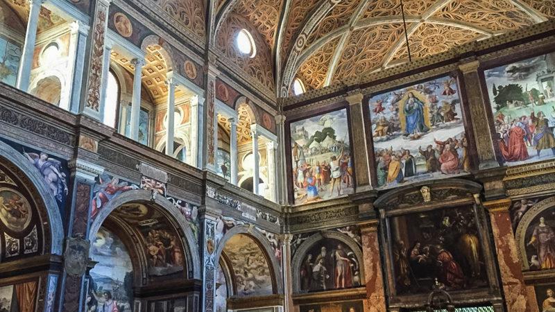 L'interno della Chiesa di San Maurizio su cui spiccano i tanti affreschi colorati che coprono ogni spazio. Questa chiesa è sicuramente un must da vedere a Milano in un giorno.