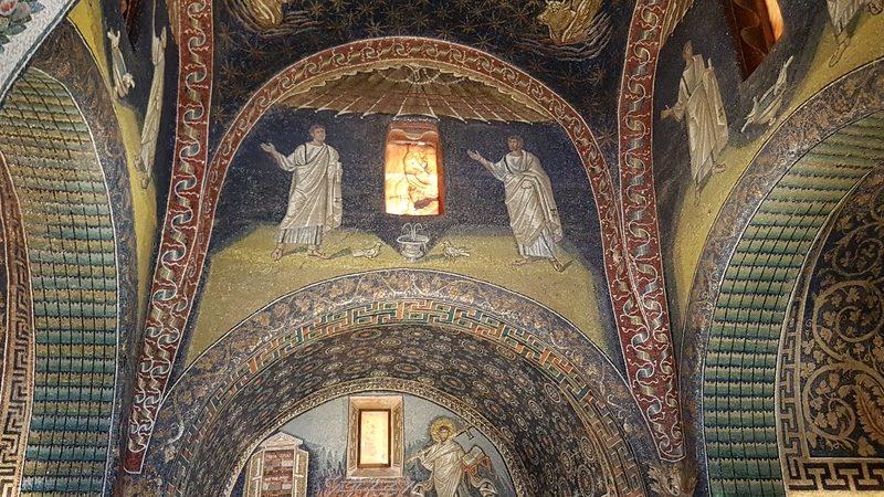 Alcuni dei mosaici che riempiono ogni lato dell'interno del mausoleo di galla placidia. Tutti i colori sono caldi e sicuramente questa è una delle attrazioni principali da visitare a ravenna in un giorno.