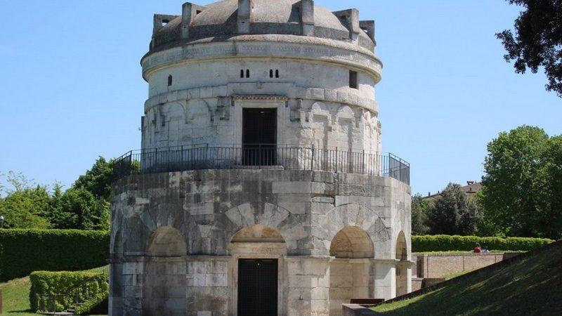 Il mausoleo di teodorico è sicuramente una delle attrazioni da vedere a ravenna in un giorno. Si trova nel mezzo di un parco e si presenta con la sua forma ovale e composto da grandi mattoni bianchi.