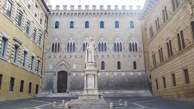 Piazza salimbeni a siena è contenuta all'interno di alcuni palazzi e ha al centro una grandissima statua di bondini. Dietro il grande palazzo salimbeni con tetto merlato.