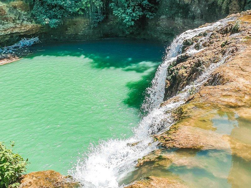 Una bellissima e grandissima cascata che sfocia e si butta nella profonda e grande polla d'acqua limpida del parco fluviale dell'elsa viva.