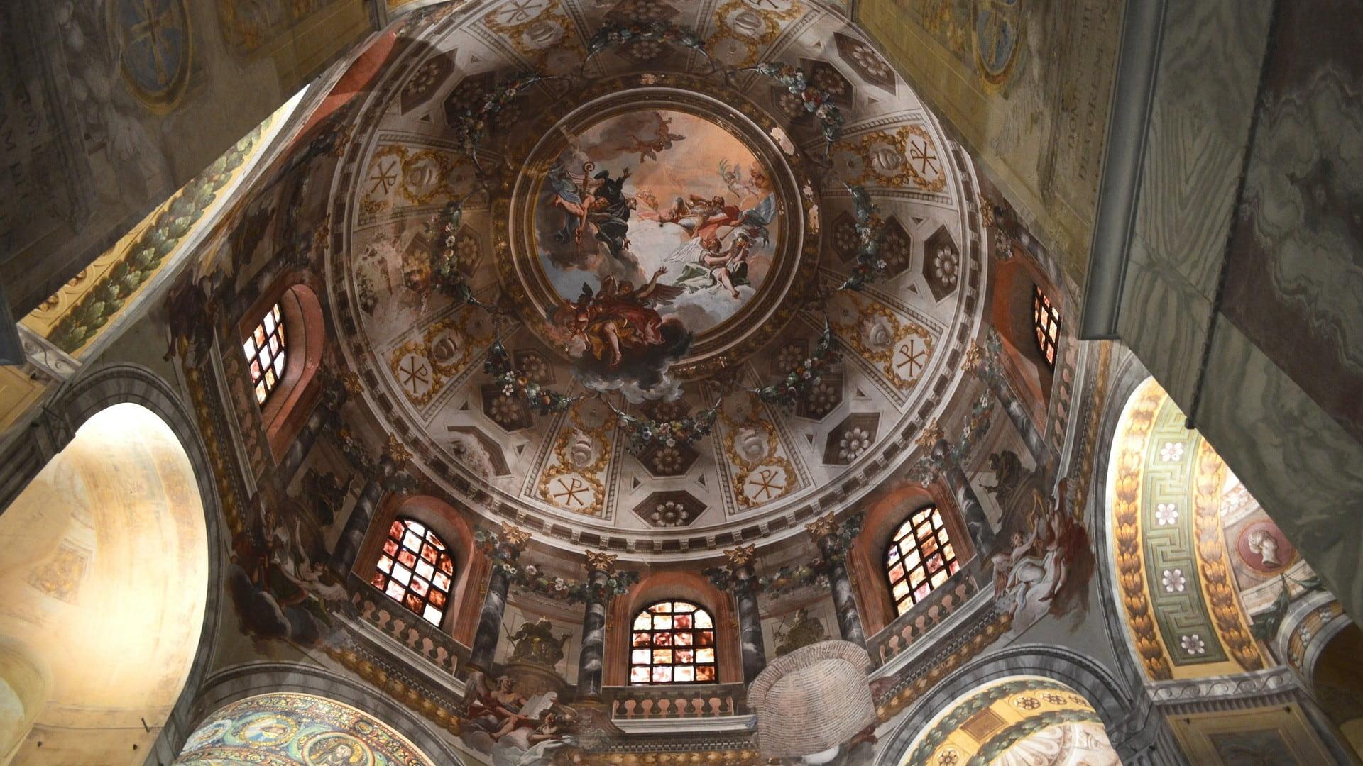 La bellissima cupola ovale affrescata della basilica di San vitale. La visita alla basilica è sicuramente la cosa da fare in assoluto in un giorno a ravenna e ti lascerà senza parole per la bellezza.