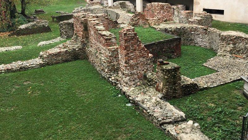 I resti del palazzo imperiale romano di Milano, posizionati in un area verde che oggi è diventata un museo a cielo aperto. Se ti trovi a Milano devi assolutamente vederli perché raccontano la storia della città.