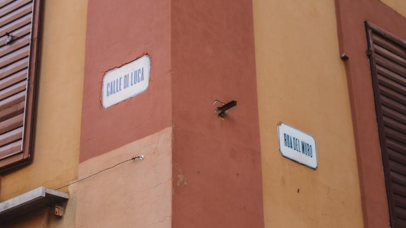 Un muretto arancione e rosse che annuncia l'inizio e la fine di due delle vie particolari di Modena, Calle di Luca e Rua del Muro. Sono sicuramente due vie che destano molta curiosità su Modena.