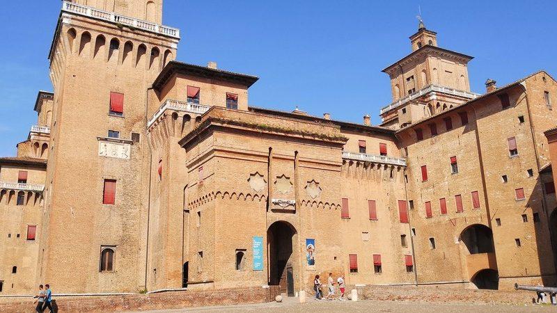 Il castello estense è l'attrazione principale da vedere a ferrara in un giorno. L'ingresso è contornato da un altissimo arco con ponte levatoio e inoltre si vedono i grandi torrioni laterali terrazzati.