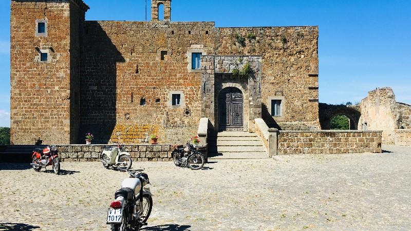 Un edificio fatto di mattoni a forma rettangolare con una grandissima entrata al centro. Si tratta del Castello Orsini, uno dei pochi edifici rimasti in piedi nel borgo fantasma di Celleno.