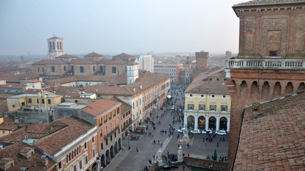 Una vista bellissima su ferrara dall'alto di una delle torri del castello estense. Ferrara è una città assolutamente da visitare in un giorno perché presenta tante attrazioni da vedere.