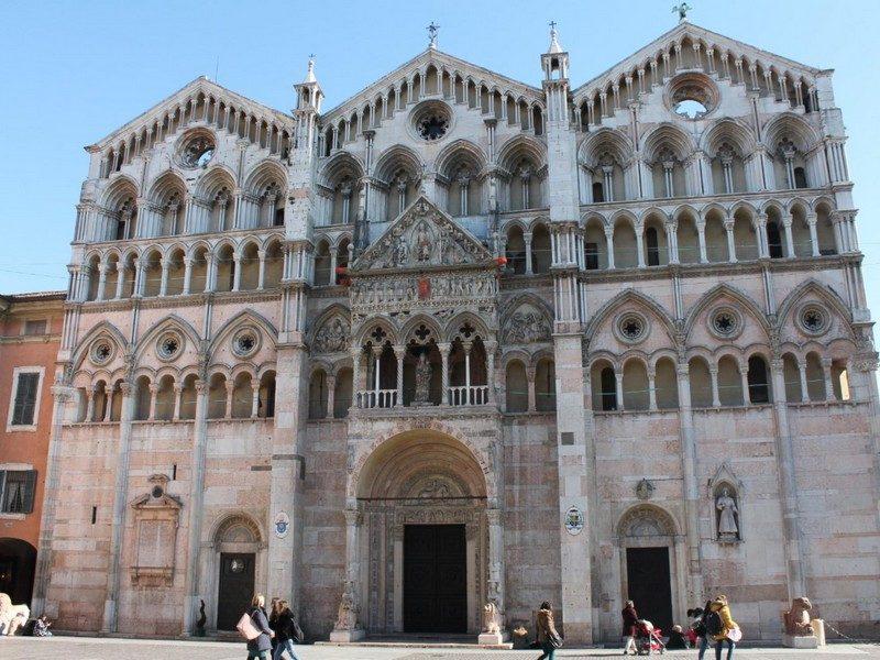 La cattedrale è sicuramente una delle cose da vedere a ferrara in un giorno. L'imponente facciata è costituita da tanti archi a tutto sesto e da due colonnati principali. L'ingresso ha un piccolo terrazzino con statue sopra e un fregio.