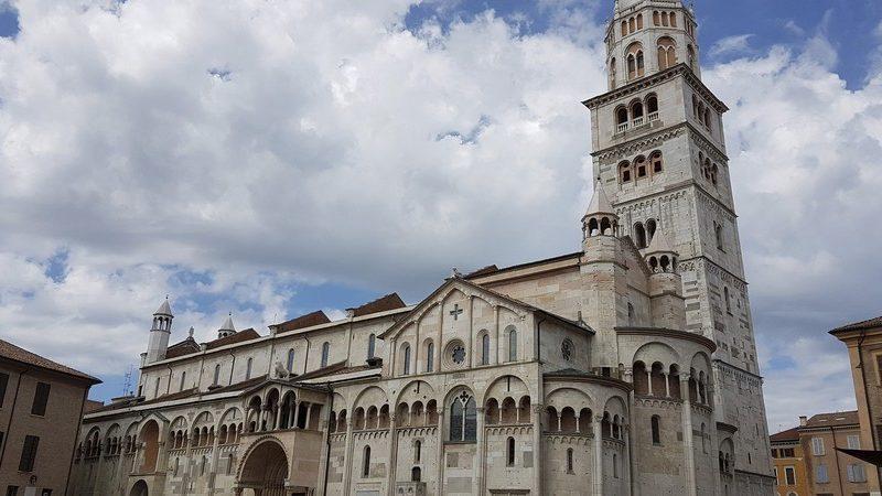 Il bellissimo e particolare duomo di Modena con accanto il suo altissimo campanile, la Ghirlandina. Quest'ultima è l'attrazione più importante del centro di Modena e da vedere in città.