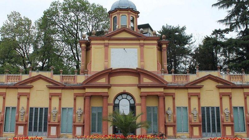 Tra le varie attrazioni da vedere a Modena c'è il giardino ducale estense. Qui nella foto c'è la bellissima facciata della palazzina vigarani con il suo colore giallo e i tanti archi con statue ai lati dell'ingresso principale.