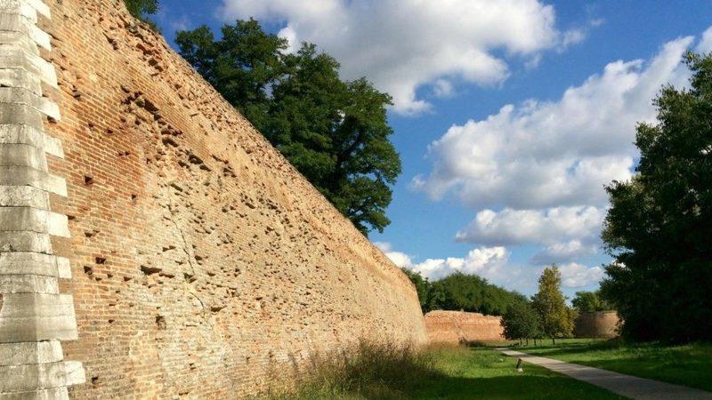 Le imponenti mura difensive dell'antica fortificazione medievale di ferrara. Si trovano circondate da un bellissimo parco verde dove fare piacevoli passeggiate. Sicuramente da vedere a ferrara in un giorno!