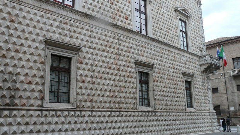 Il bellissimo palazzo diamanti con i suoi muri costituiti da una pietra irregolare che da la sensazione di avere davanti un edificio in 3d. Il palazzo dei diamanti è sicuramente una cosa da vedere a ferrara in un giorno.