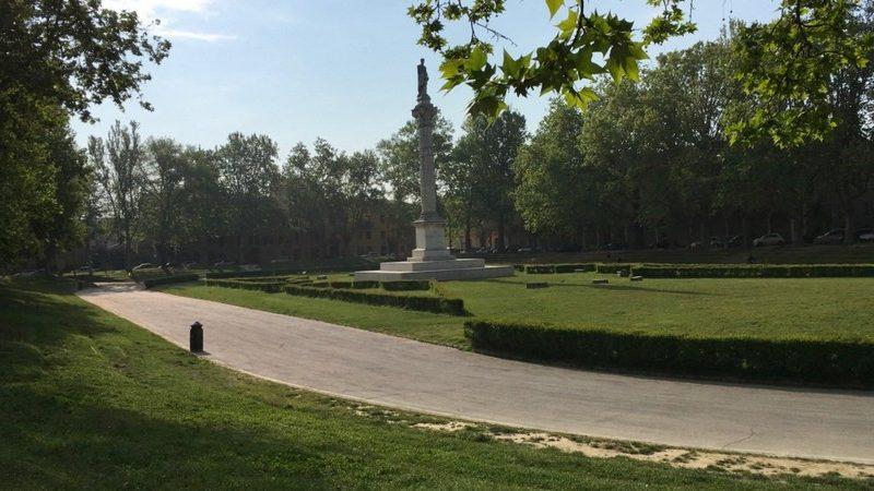 Piazza ariostea presenta una grandissima colonna al centro sormontata dalla statua di Ariosto. Il tutto è inserito in un bellissimo parco con prati verdi e tanti alberi e cespugli rigogliosi.