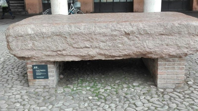 Un enorme pietra rettangolare che si posiziona sopra a dei piedistalli in mattone. La Pietra Ringadora è sicuramente una delle cose più curiose da vedere a modena.