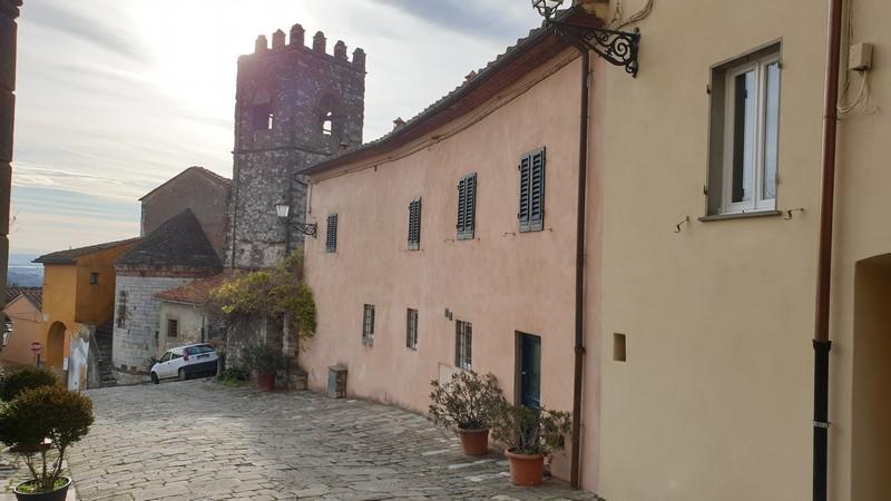Uno scorcio di Serravalle Pistoiese dove si vede spiccare sullo sfondo il campanile torre della chiesa di San Michele e la forma ovale dell'esterno della chiesa.